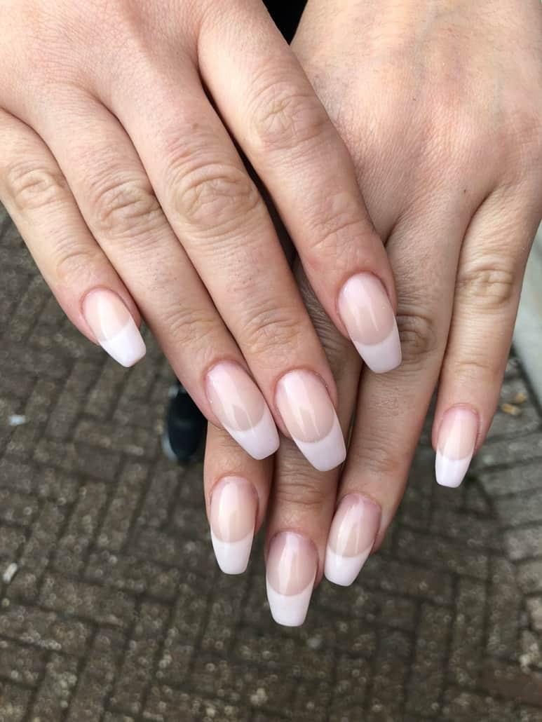 lakering af negle og forstærkning